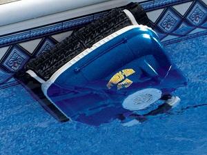 robot piscina in apa